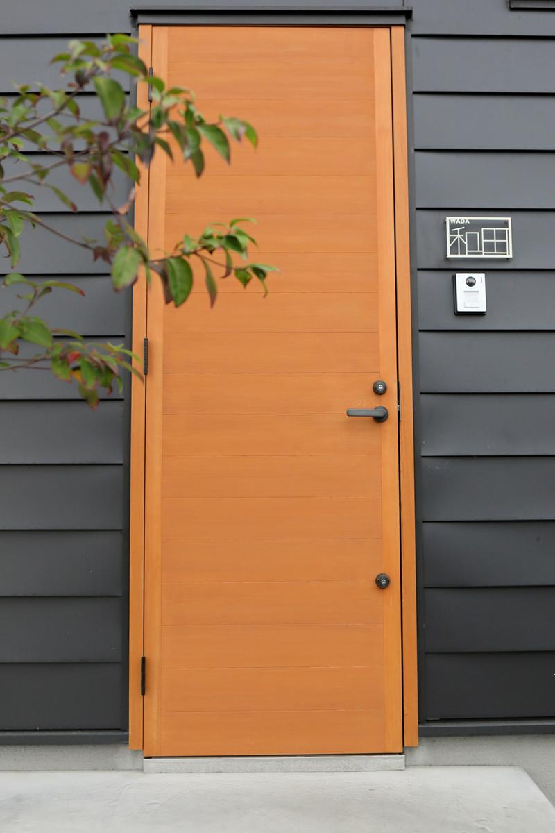 外壁・玄関ドア・表札が絶妙なバランス